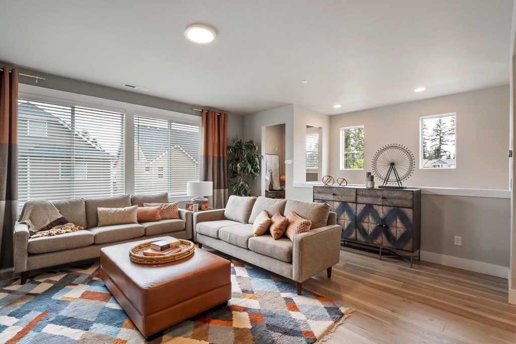 Spacious living room - space for plenty of seating