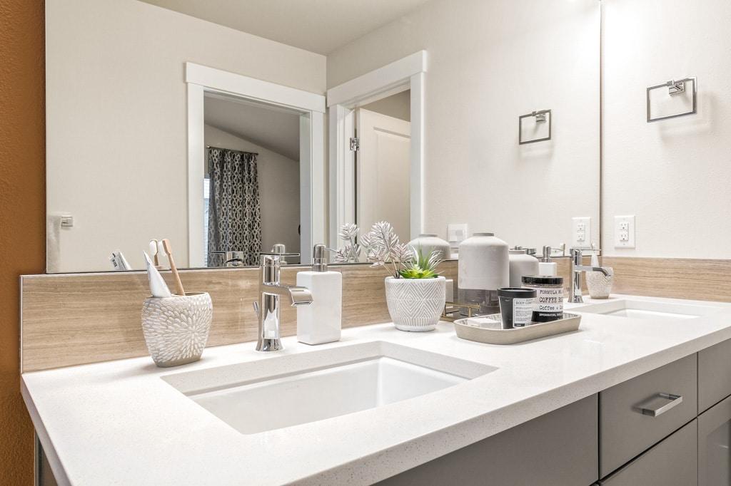 Dual sink vanity in ensuite bathroom